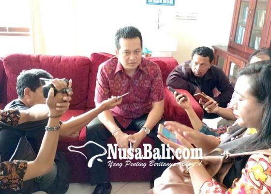 Nusabali.com - kadis-kominfo-ditahan-wabup-kembang-nangis