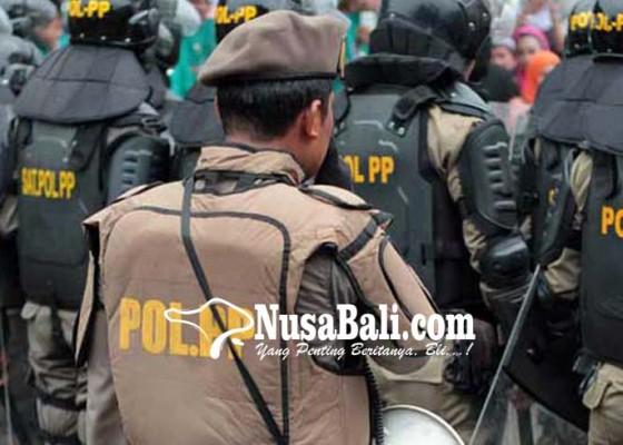 Nusabali.com - satpol-pp-tertibkan-pkl-di-pinggir-danau-beratan