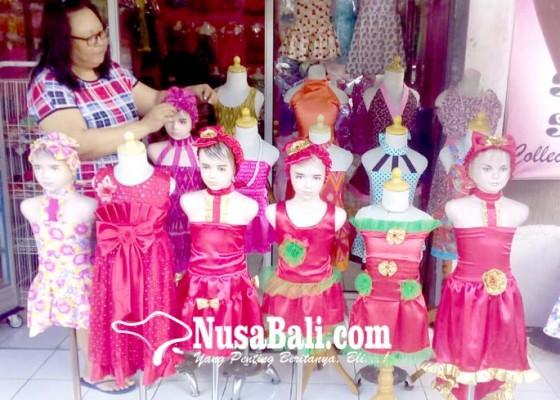 Nusabali.com - warga-mulai-memburu-busana-dan-pernik-imlek