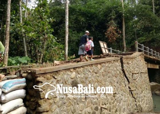 Nusabali.com - sayap-jembatan-banjar-tegayang-penebel-retak