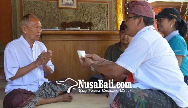 www.nusabali.com-disbud-denpasar-serahkan-jaminan-kesehatan-sulinggih