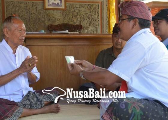 Nusabali.com - disbud-denpasar-serahkan-jaminan-kesehatan-sulinggih