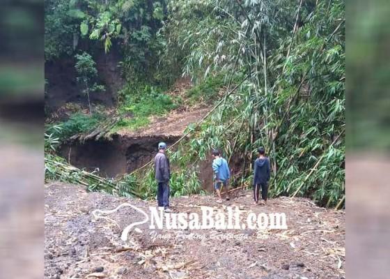 Nusabali.com - jalan-putus-pengungsi-tak-bisa-pulang-kampung