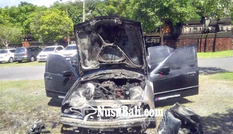 www.nusabali.com-mobil-bmw-mahasiswa-terbakar-di-parkiran-kampus