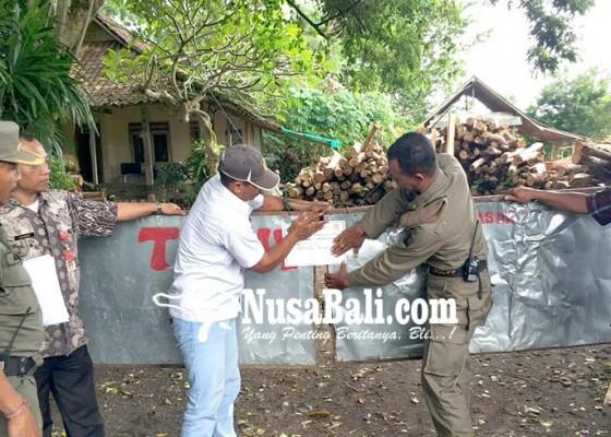 Nusabali.com - satpol-pp-segel-usaha-pemotongan-kayu