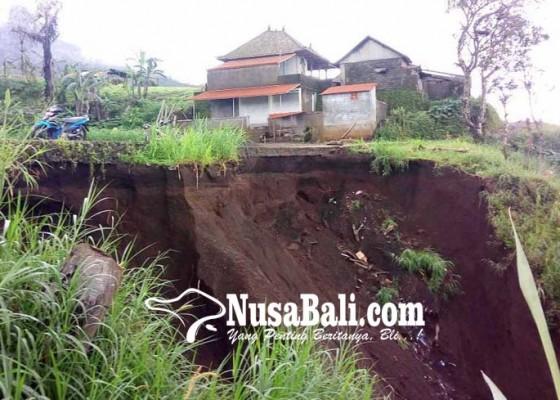Nusabali.com - senderan-embung-temukus-jebol