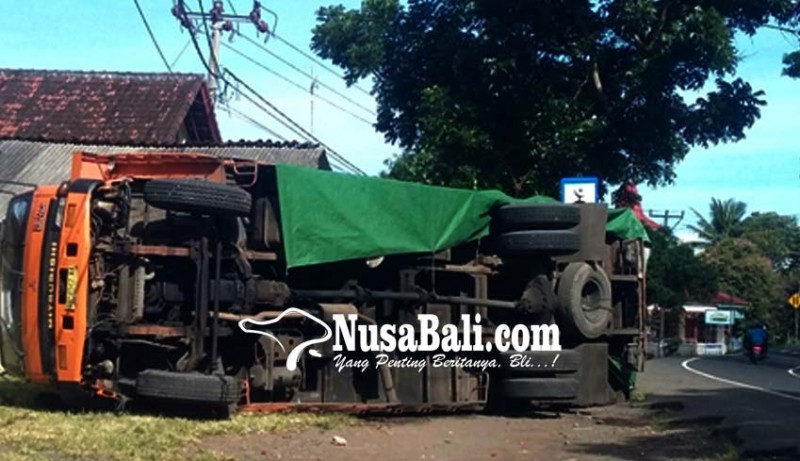 www.nusabali.com-pecah-ban-truk-terguling-timpa-warung-bakso