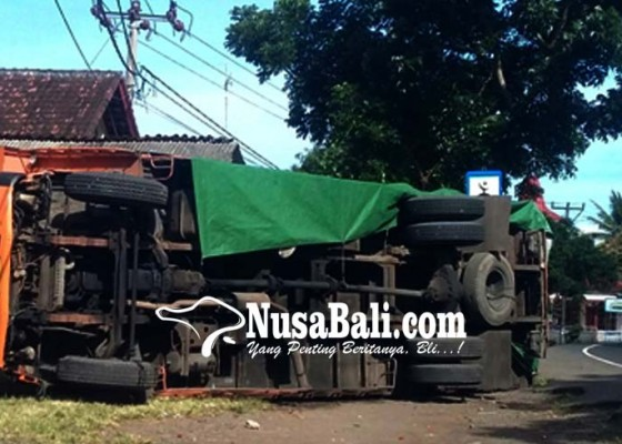 Nusabali.com - pecah-ban-truk-terguling-timpa-warung-bakso