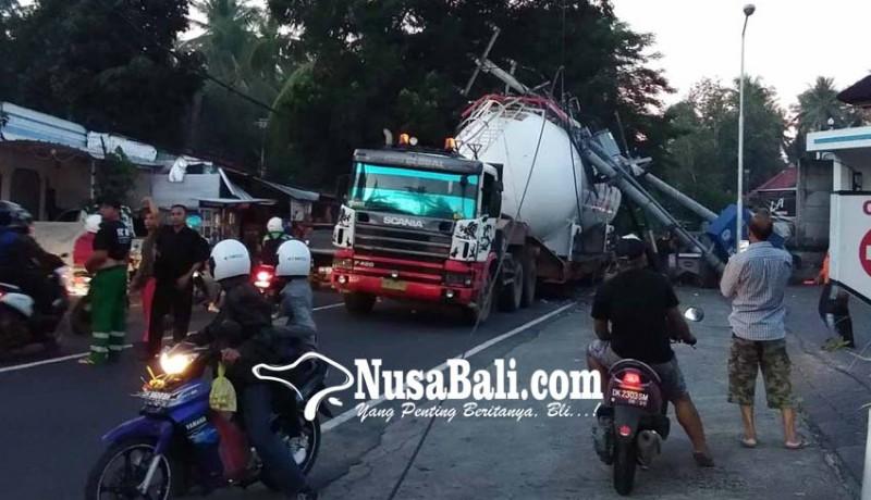 www.nusabali.com-truk-trailer-tertimpa-tiang-listrik-berisi-gardu