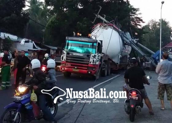 Nusabali.com - truk-trailer-tertimpa-tiang-listrik-berisi-gardu