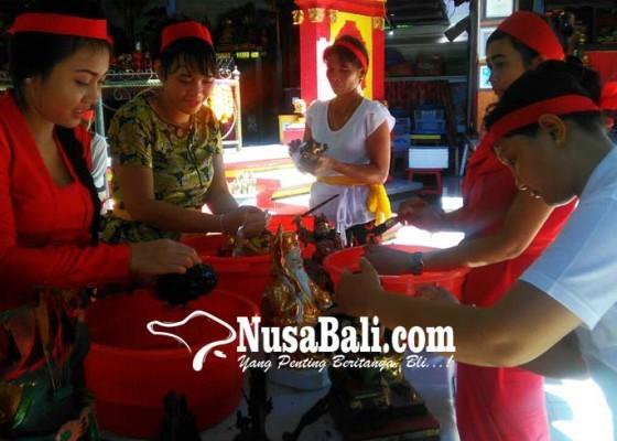 Nusabali.com - jelang-imlek-2569-patung-para-dewa-dibersihkan