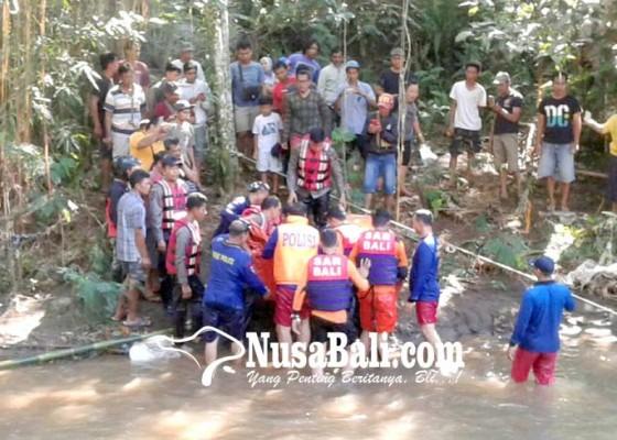 Nusabali.com - jenazah-tersangkut-batu-di-kedalaman-5-meter