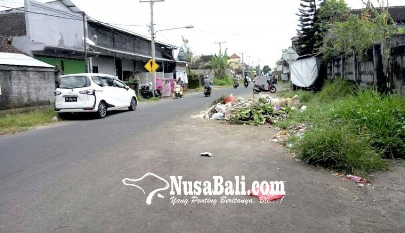 www.nusabali.com-sampah-menumpuk-di-ruas-jalan-lc-bukal