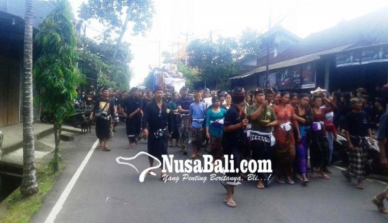 www.nusabali.com-pengabenan-made-rai-sina-istri-pingsan-dibawa-ke-puskesmas
