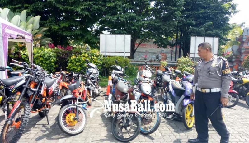 www.nusabali.com-bubarkan-trek-trekan-polisi-pentungi-warga