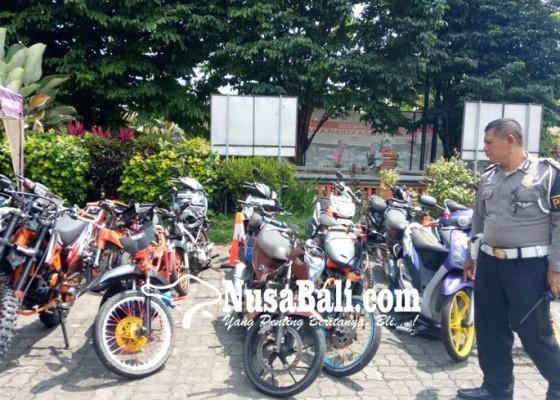 Nusabali.com - bubarkan-trek-trekan-polisi-pentungi-warga