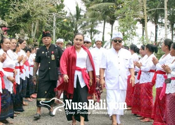 Nusabali.com - bupati-eka-hadiri-pamlaspasan-tapakan-di-pura-dalem-cemeng-kuwum-ancak