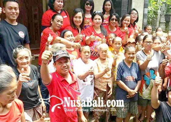 Nusabali.com - relawan-putri-ayu-kbs-bagi-sembako-untuk-lansia
