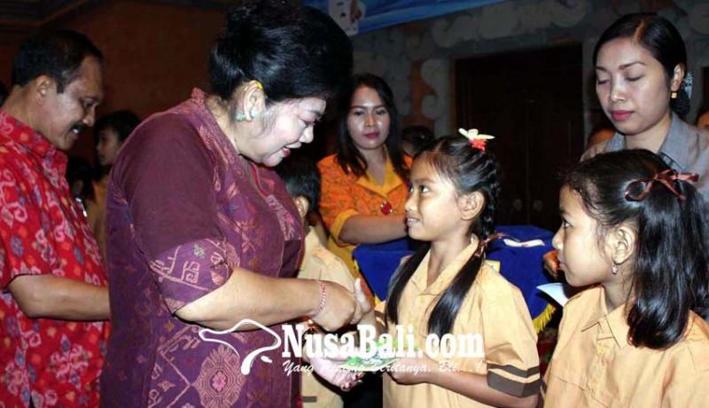 www.nusabali.com-bupati-karangasem-bagikan-15600-kkp-sd