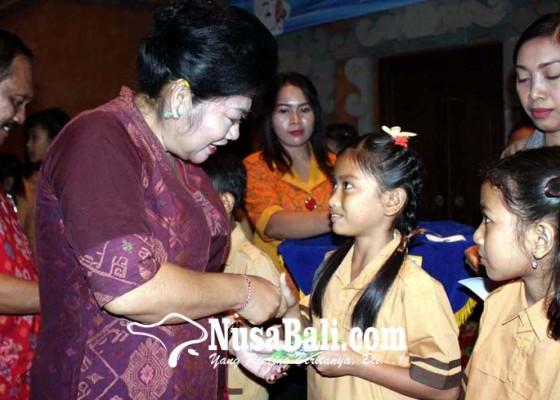 Nusabali.com - bupati-karangasem-bagikan-15600-kkp-sd