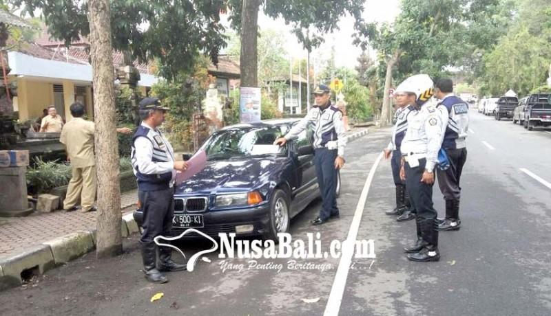 www.nusabali.com-parkir-sembarangan-mobil-ditempeli-stiker
