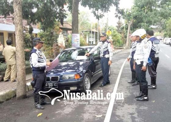 Nusabali.com - parkir-sembarangan-mobil-ditempeli-stiker
