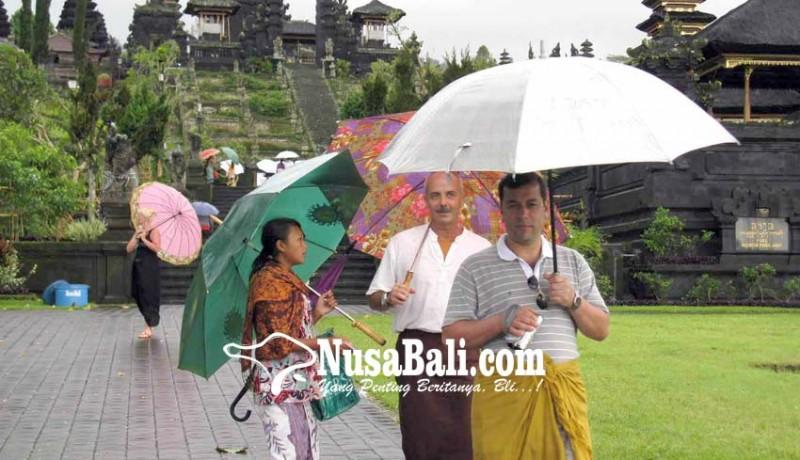 www.nusabali.com-pendapatan-jasa-sewa-payung-di-pura-besakih-turun