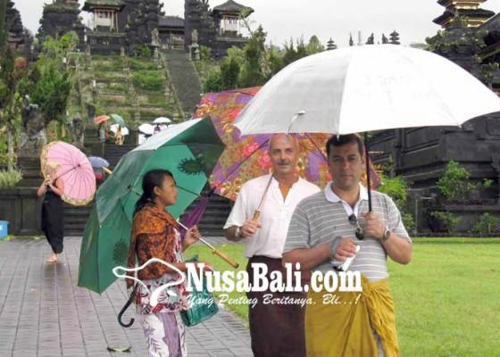 Nusabali.com - pendapatan-jasa-sewa-payung-di-pura-besakih-turun