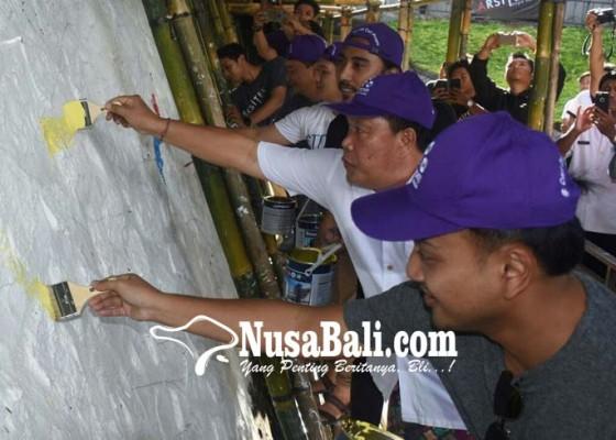 Nusabali.com - puluhan-seniman-mural-percantik-youth-park-denpasar
