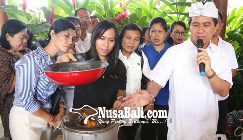 www.nusabali.com-bupati-suwirta-demo-memasak