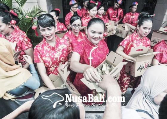 Nusabali.com - berbagi-bakpia-menyambut-imlek