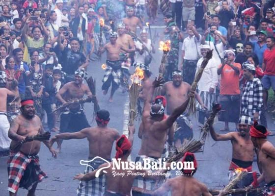 Nusabali.com - berperang-gunakan-prakpak-bermakna-perangi-musuh-dalam-diri