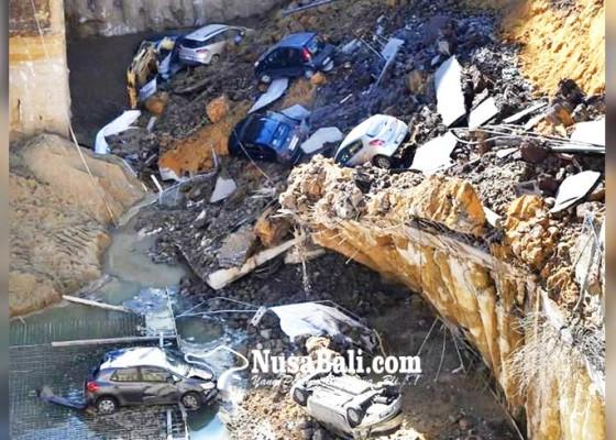 Nusabali.com - lubang-menganga-telan-kendaraan-dan-gedung
