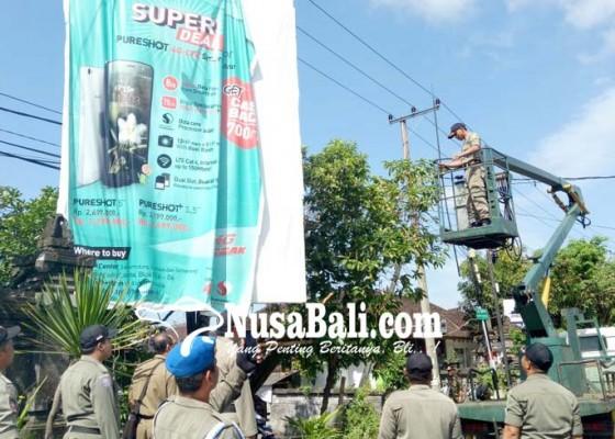 Nusabali.com - satpol-pp-berangus-baliho-politik