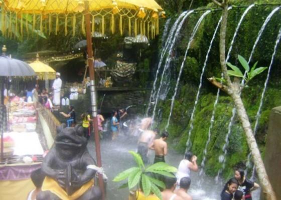 Nusabali.com - hujan-krama-berdatangan-malukat-ke-tirta-sudamala
