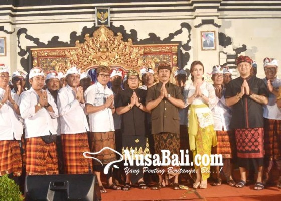 Nusabali.com - bupati-bersama-wabup-hadiri-pelantikan-bendesa-dan-prajuru-desa-adat-kedonganan