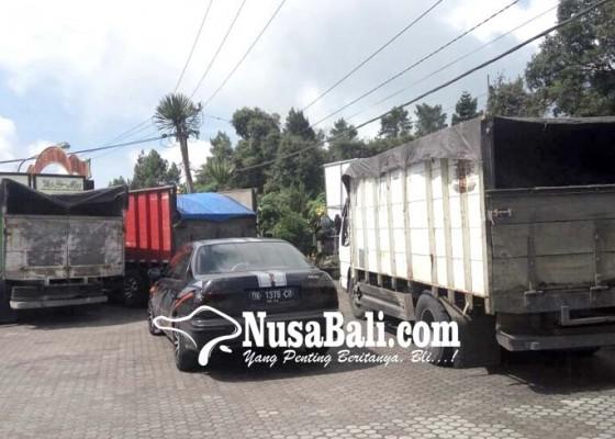 Nusabali.com - melintas-di-jalur-penelokan-truk-ditahan