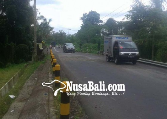 Nusabali.com - aspal-jalan-di-angantiga-terkelupas