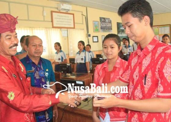 Nusabali.com - dinas-dukcapil-serahkan-749-e-ktp-pelajar