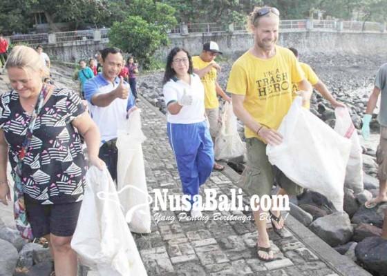 Nusabali.com - wisman-ikut-pungut-sampah-plastik-di-candidasa