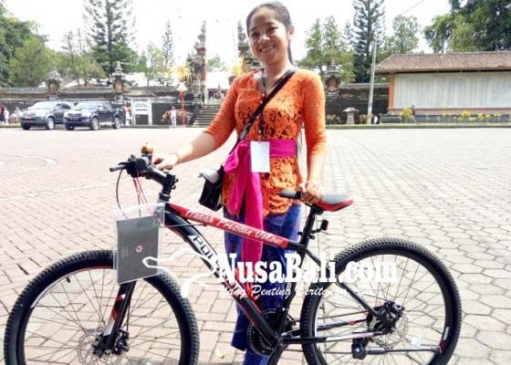 Nusabali.com - 3-warga-dapat-hadiah-sepeda-dari-jokowi