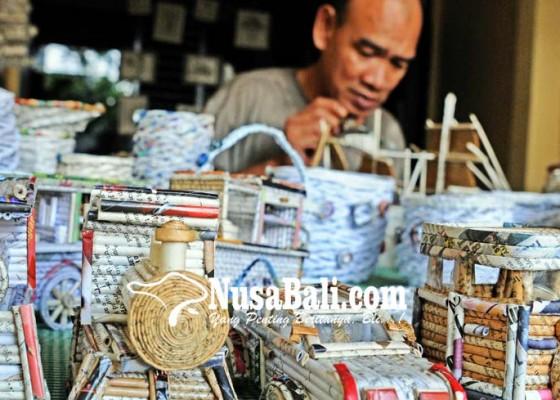 Nusabali.com - kerajinan-dari-koran-bekas