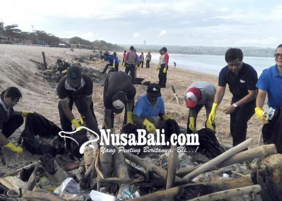 Nusabali.com - danone-aqua-aksi-pungut-sampah-pantai-kedonganan