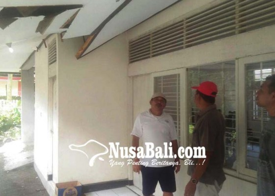 Nusabali.com - atap-kantor-pkk-jebol-bupati-artha-minta-segera-perbaiki