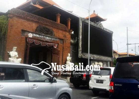 Nusabali.com - bangunan-videotron-di-bale-banjar-urung-dibongkar