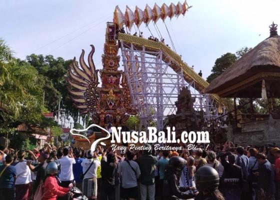 Nusabali.com - pemasangan-tumpang-bade-jadi-tontonan-ratusan-wisatawan-asing