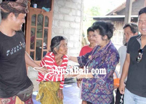 Nusabali.com - bupati-melayat-ke-rumah-korban-tersambar-petir