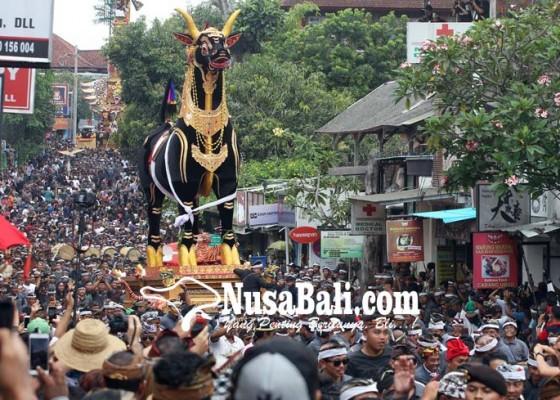 Nusabali.com - kapolda-bali-pun-ikut-nyunggi-bade-palebon