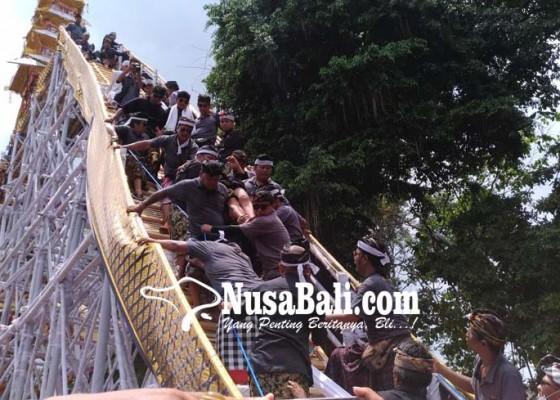 Nusabali.com - arsitek-bade-jatuh-pingsan-di-atas-bade