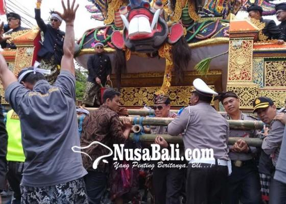 Nusabali.com - kapolda-ikut-mengarak-bade-palebon-puri-ubud